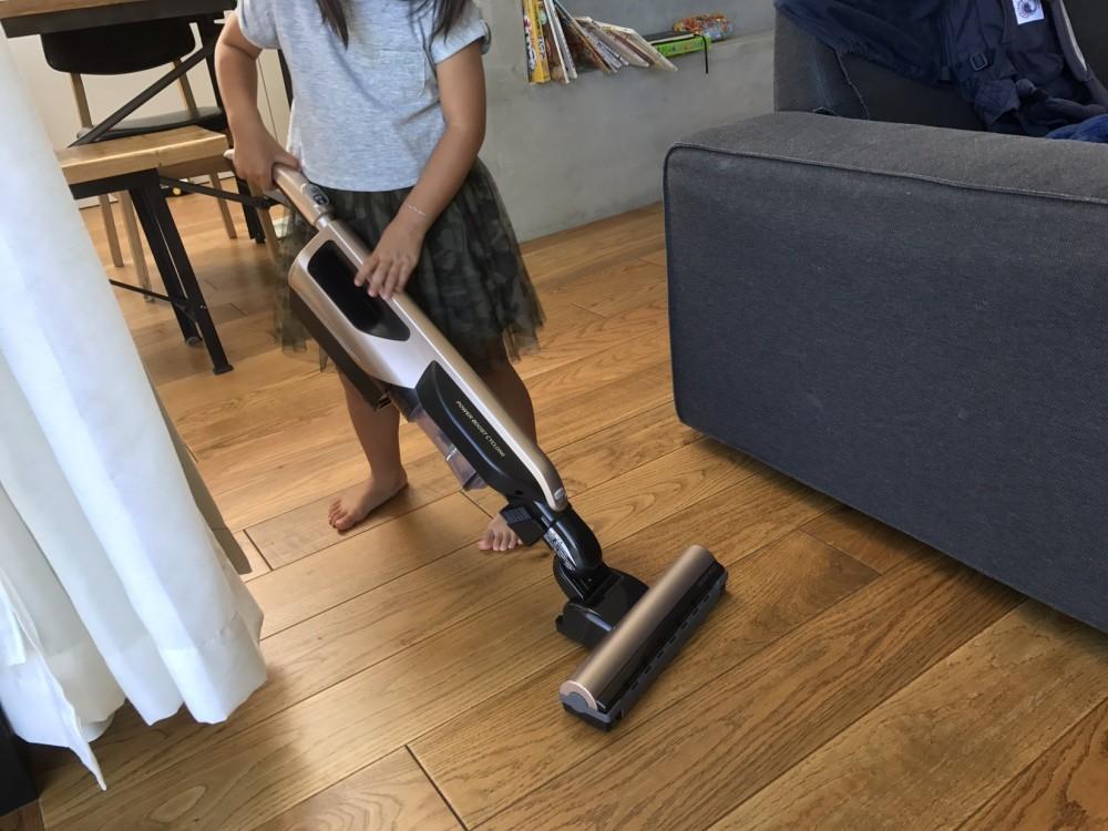 日立パワーサイクロブーストPV-BD700で子供が掃除